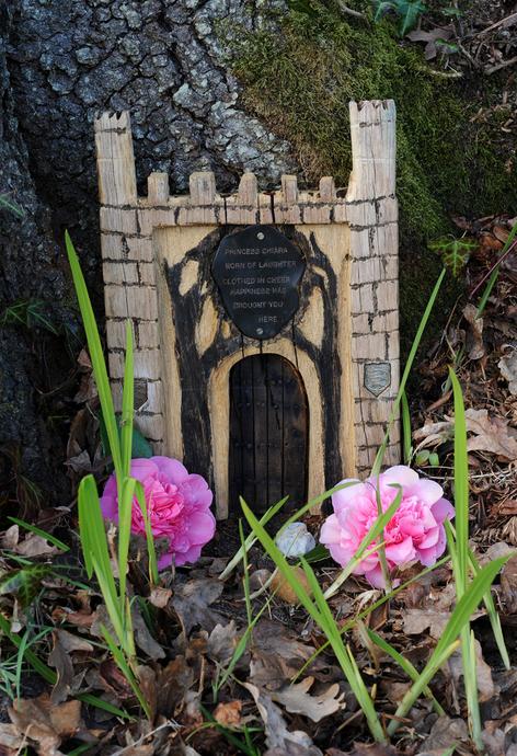Hampshire gardens furzey gardens new forest fairy door for Princess fairy door